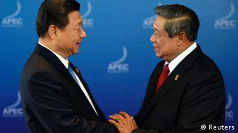 Indonesia's President Susilo Bambang Yudhoyono welcomes China's President Xi Jinping (L) for the ABAC Dialogue at the Asia-Pacific Economic Cooperation (APEC) Summit in Nusa Dua on the Indonesian resort island of Bali October 7, 2013. REUTERS/Romeo Gacad/Pool (INDONESIA - Tags: POLITICS)