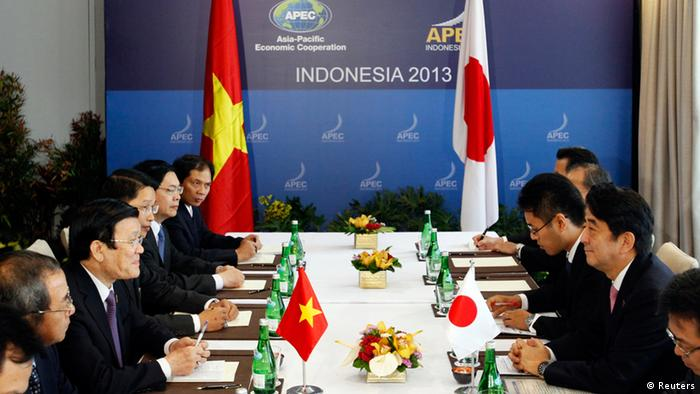 Vietnam's President Truong Tan Sang (2nd L) talks with Japan's Prime Minister Shinzo Abe (2nd R) during their bilateral meeting on the sidelines of the Asia-Pacific Economic Cooperation (APEC) Summit in Nusa Dua on the Indonesian resort island of Bali October 7, 2013. REUTERS/Edgar Su (INDONESIA - Tags: POLITICS BUSINESS) APEC Gipfel, Bali, Indonesien