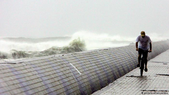 Bildergalerie Taifun Fitow China Küste Radfahrer Fahrrad Sturm Welle