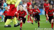 Fußball Bundesliga 8. Spieltag: Bayer Leverkusen - FSV Mainz 05 am 20.10.2012 in der BayArena in Leverkusen (Nordrhein-Westfalen). Einlaufkinder rennen über den Platz. Foto: Rolf Vennenbernd/dpa pixel