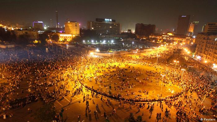 Menschen feiern auf dem Tahrir-Platz in Kairo den 40. Jahrestag des Jom-Kippur-Kriegs gegen Israel (Foto: Reuters)