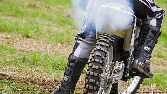 Ein Motorrad bei einem Motocross-Rennen