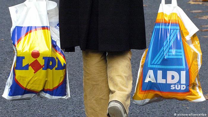 Mušterija nosi vrećice discountera.