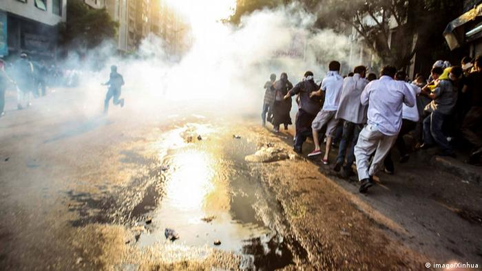 Demonstrierende Ägypter suchen während der Ausschreitungen Schutz vor der Gewalt. (Foto: imago/Xinhua)