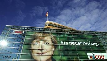 Panoramabild: Poster mit dem Porträt der Kanzlerkandidatin der CDU, Parteizentrale