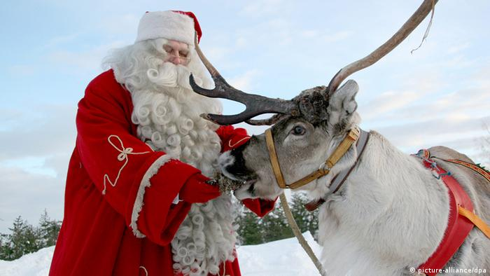 Weihnachtsmann Nikolaus Rentier (picture-alliance/dpa)