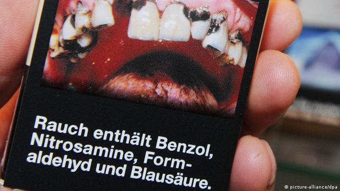Zigarettenschachtel mit Schockbild von verfaulenden Zähnen (Foto: picture-alliance/dpa)