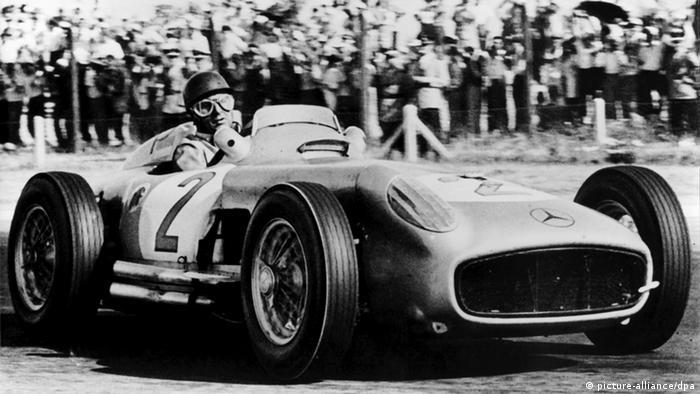 Juan Manuel Fangio im Mercedes Silberpfeil (picture-alliance/dpa)