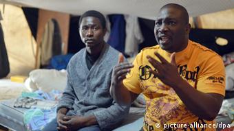 Zwei Flüchtlinge aus Afrika im Flüchtlings-Camp am Berliner Oranienplatz