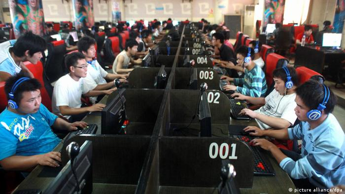 Chinese netizens play online games and surf the Internet at an Internet cafe in Quanzhou county, Guilin city, south Chinas Guangxi Zhuang (Photo: Wang Zichuang)