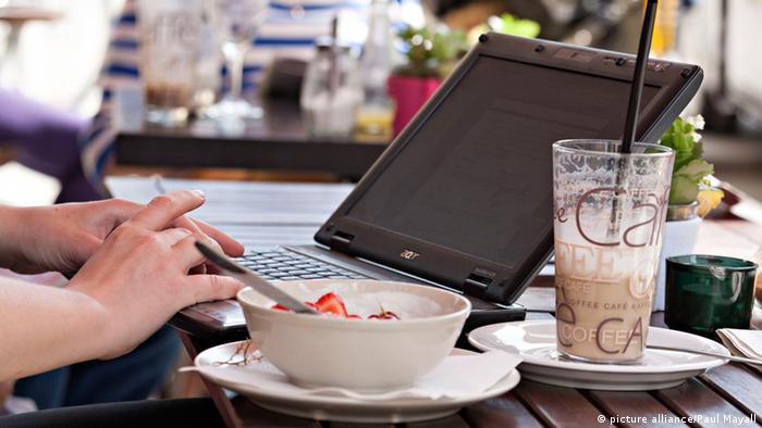 Завтрак в кафе с ноутбуком