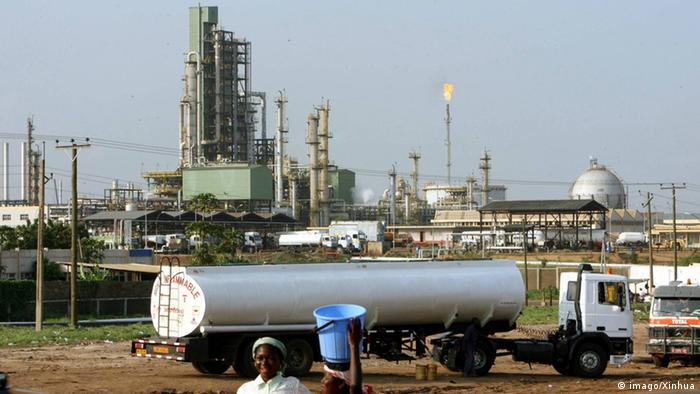Oil refinery in Tema, Ghana. Photo: imago/Xinhua