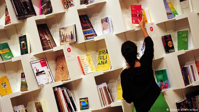Mulher coloca livro em prateleira