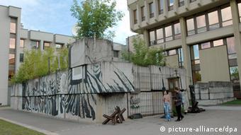 Памятник у здания парламента Литвы в честь погибших в борьбе за независимость страны