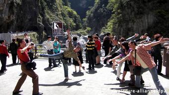 Travelers from Chinese mainland visit the Taroko Park, in Taiwan, March 17, 2009. Taiwan has seen a sudden spike in tourism from Chinese mainland, as an effort by Beijing to improve ties helps its political rival battle recession with a long-sought boost to the service sector. The number of tourists from mainland has reached an average of 2,285 per day since February when the new push began. The sudden boom, which comes as people around the world cut back on travel amid the global economic crisis, has fuelled a rally in tourism stocks, with Taiwans two leading airlines, China Airlines and Eva Airways, both up more than 20% over the last week and the broader tourism sub-index up 16%. Foto: Udndata/IMaginechina +++(c) dpa - Report+++