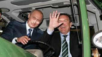 Bundeskanzler Gerhard Schröder (r) und der russische Präsident Wladimir Putin