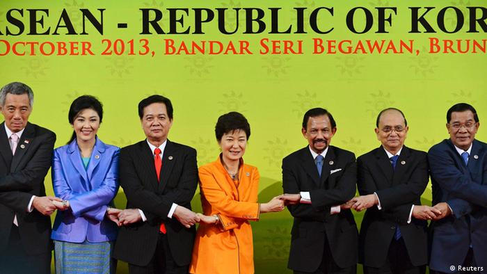 (L-R) Singapore's Prime Minister Lee Hsien Loong, Thailand's Prime Minister Yingluck Shinawatra, Vietnam's Prime Minister Nguyen Tan Dung, South Korea's President Park Geun-hye, Brunei's Sultan Hassanal Bolkiah, Myanmar's President U Thein Sein, and Cambodia's Prime Minister Hun Sen link hands during a family photo session at the 16th ASEAN-Republic of Korea Summit in Bandar Seri Begawan October 9, 2013. REUTERS/Ahim Rani (BRUNEI - Tags: POLITICS ROYALS)