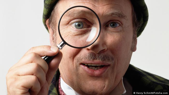 Symbolbild Detektiv mit Lupe