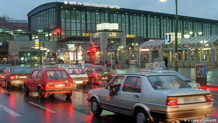 Autos vor dem Bahnhof Zoologischer Garten in Berlin
