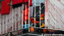 Wäsche hängt am 14.03.2013 in Duisburg (Nordrhein-Westfalen) auf einem Balkon des Duisburger Problemhauses. Mitten im bürgerlichen Duisburg-Rheinhausen sorgt ein überfülltes Mietshaus mit hunderten Rumänen für öffentlichen Streit. Foto: Oliver Berg/dpa (zu dpa-Reportage: Schwierige Integration am Duisburger Rumänen-«Problemhaus»)