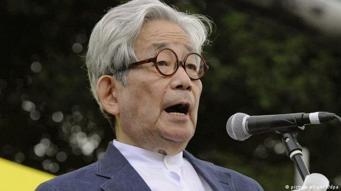 کنزابورو اوئه که از نویسندگان صاحبنام ژاپنی محسوب میشود، در سال ۱۹۳۵ به دنیا آمد. او در بین دوستداران کتاب در ايران نیز نامی آشناست و آثار گوناگونی از او تا کنون به فارسی برگردانده شده است، از جمله «روزی که او خود اشکهای مرا پاک خواهد کرد»، «فریاد خاموش» و «شکار».