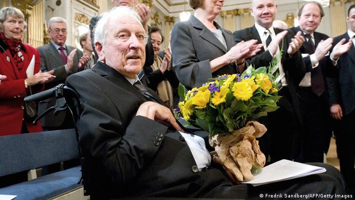 Tomas Tranströmer al recibir el Nobel en 1991.