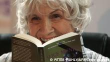 Nobelpreisträgerin Alice Munro Schriftstellerin liest aus einem ihrer Bücher vor