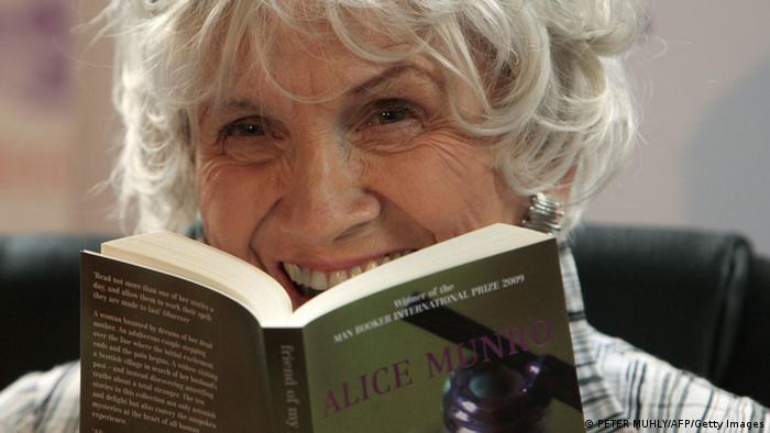Alice Munro, escritora canadiense con una de sus obras.