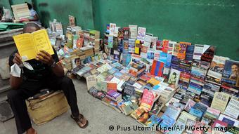 Nigeria Mann liest Buch Straßenhändler in Lagos