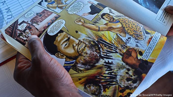 Südafrika Mann liest Comic über Nelson Mandela