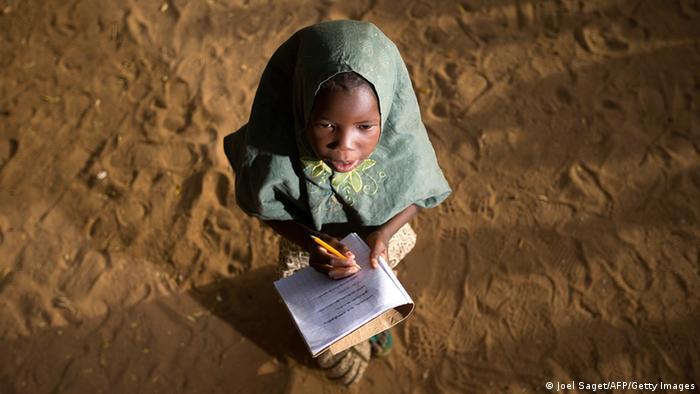 Mali Mädchen schreibt Schulaufgaben in der Wüste (Joel Saget/AFP/Getty Images)