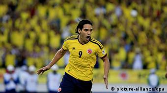 Colombian player Radamel Falcao (2R) celebrates after scoring against Peru, during their Brazil 2014 World Cup qualifying sccer match at Metropolitan stadium Roberto Melendez in Barranquilla, Colombia, 11 June 2013. Foto: EFE/Ricardo Maldonado