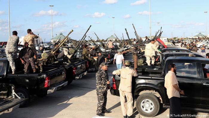 Libysche Sicherheitskräfte sammeln sich im Oktober 2013 in der Hauptstadt Tripols (Foto: AFP PHOTO/MAHMUD TURKIA/Getty Images)