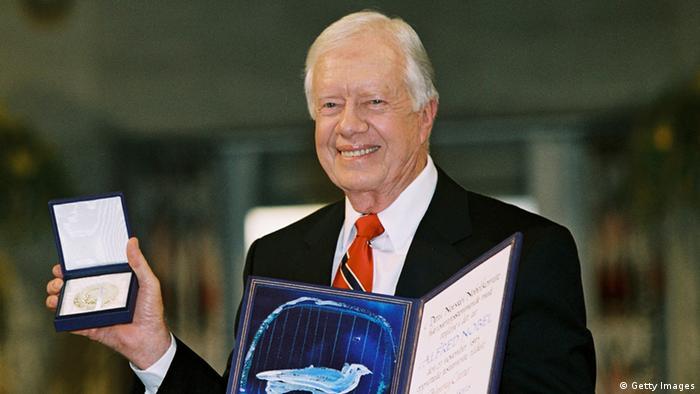 جیمی کارتر، سی و نهمین رئیسجمهور آمریکا در سال ۲۰۰۲ از سوی آکادمی نوبل برنده جایزه صلح شناخته شد. اقای کارتر این جایزه را به پاس خدماتش برای یافتن راهحلهای صلحآمیز برای بحرانهای بینالمللی و پیشبرد دموکراسی و حقوق بشر در جهان دریافت کرد.