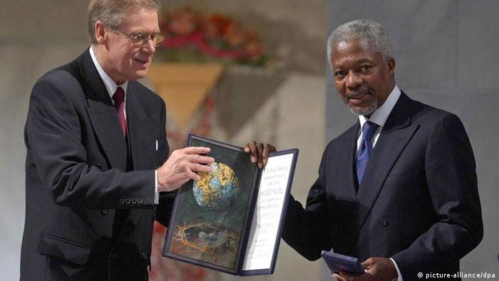 کمیته نوبل صلح جایزه سال ۲۰۰۱ را به طور مشترک به کوفی عنان و سازمان ملل متحد اهدا کرد. عنان که در بین سالهای ۱۹۹۷ و ۲۰۰۶ دبیر کل سازمان ملل بود، در دوره طولانی فعالیتاش برای سازمان ملل، چندین جایزه صلح و حقوق بشری، از جمله ۴ عنوان دکترای افتخاری از ۴ قاره و جایزه ساخاروف پارلمان اورپا (۲۰۰۳) دریافت کرد. او در ماه اوت سال ۲۰۱۸ در سن هشتاد سالگی درگذشت.