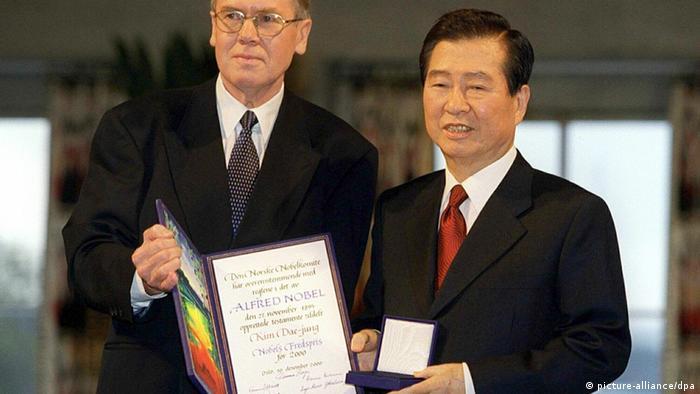 کیم دای جونگ، رئیسجمهور سابق کره جنوبی در سال ۲۰۰۰ به خاطر سیاستهای تنشزدایی در برابر کره شمالی جایزه صلح نوبل را دریافت کرد.