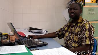 Dr. Maxime Agnandji im Büro (Foto: Gaia Manco)