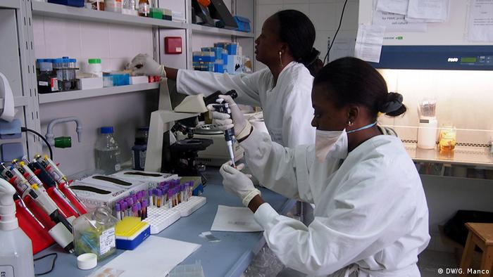 Ms Betouke Ongwe working in the lab (Albert Schweitzer Clinic, Gabon) with one of her fellow researchers. (Photo: Gaia Manco)