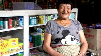 Mahun sits in her grocery shop in the village Samdinkha Copyright: DW/Aletta André