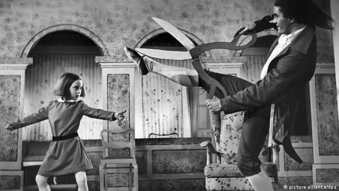 Szene aus dem Film Struwwelpeter von 1955 zeigt einen Jungen und einen Mann mit einer großen Schere (picture-alliance/dpa)