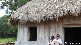 A traditional roof made of guano palm leaves in Guatemala (Photo: Helle Jeppesen for DW)