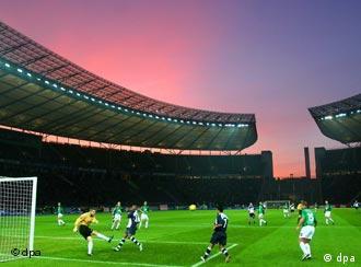 Berliner Olympiastadion beim Sonnenuntergang