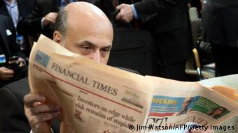 US Federal Reserve Chairman Ben Bernanke reads the Financial Times during the annual World Bank - International Monetary Fund (IMF) meetings in Washington, DC, October 12, 2013. AFP PHOTO / Jim WATSON (Photo credit should read JIM WATSON/AFP/Getty Images) - eingestellt von gri