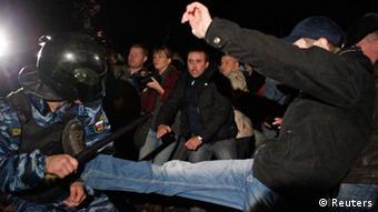 Demonstrant kämpft mit Polizisten bei Krawallen in Biruljowo (Foto: Reuters)
