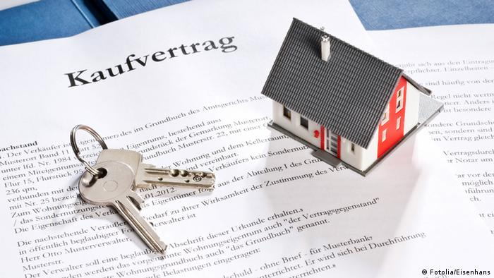 Ключи и договор о покупке недвижимости
