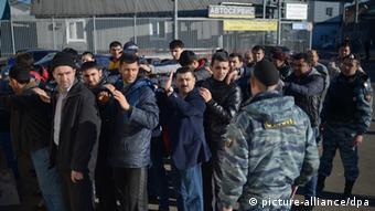 Polizeirazzia gegen Ausländer auf Markt in Moskau (Foto: RIA Novosti)