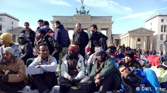 Refugees at Berlin's Brandenburg Gate (Photo: DW/Lavinia Pitu)
