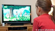 Symbolbild - Kind vor einem Fernseher