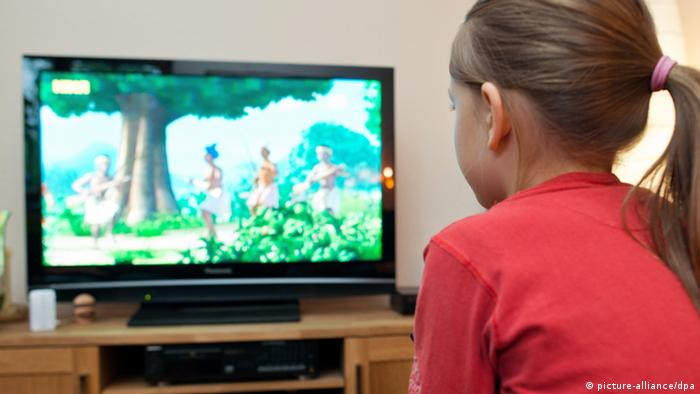 Child watching TV (picture-alliance/dpa)