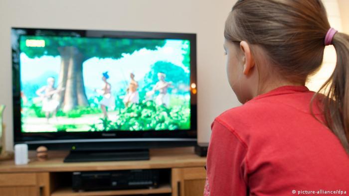 Діти і гаджети Навіть для дуже маленьких дітей існують телепрограми і мобільні застосунки. Деякі однорічні малюки вміють гортати світлини на смартфоні. Як довго і з якого віку діти можуть користуватися медіа - постійно актуальна тема для німецьких родин. Майже всі батьки контролюють дитяче сидіння перед телевізором чи зі смартфоном, але водночас тішаться вільним хвилинам завдяки електронним дитячим іграшкам.
